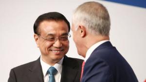 李克强理在悉尼澳大利亚中国经贸合作论坛迎接总理马尔科姆·特恩伯尔。 照片:布伦登·索恩